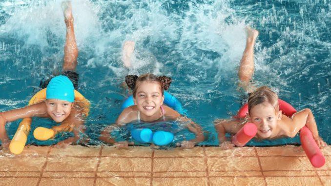 Kinder in einer Schwimmhalle