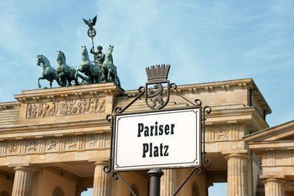 bild vom brandenburger tor auf dem pariser platz in berlin mitte. Black Bedroom Furniture Sets. Home Design Ideas