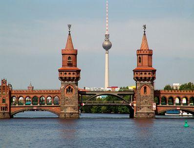 fotos vom berliner fernsehturm im vordergrund die oberbaumbr cke. Black Bedroom Furniture Sets. Home Design Ideas
