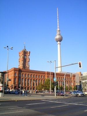 bild fernsehturm berlin mitte und rote rathaus. Black Bedroom Furniture Sets. Home Design Ideas
