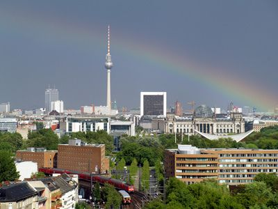 bild vom berliner fernsehturm mit regenbogen. Black Bedroom Furniture Sets. Home Design Ideas